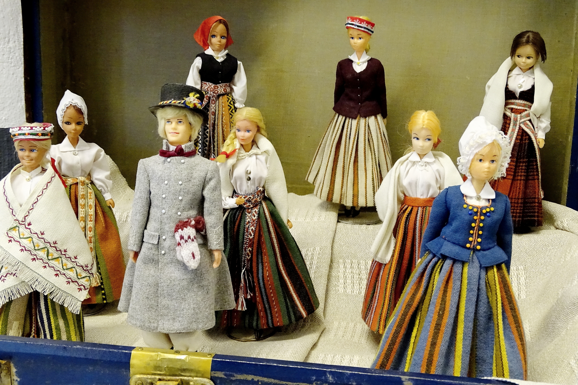 Lelles latviešu tautastērpos