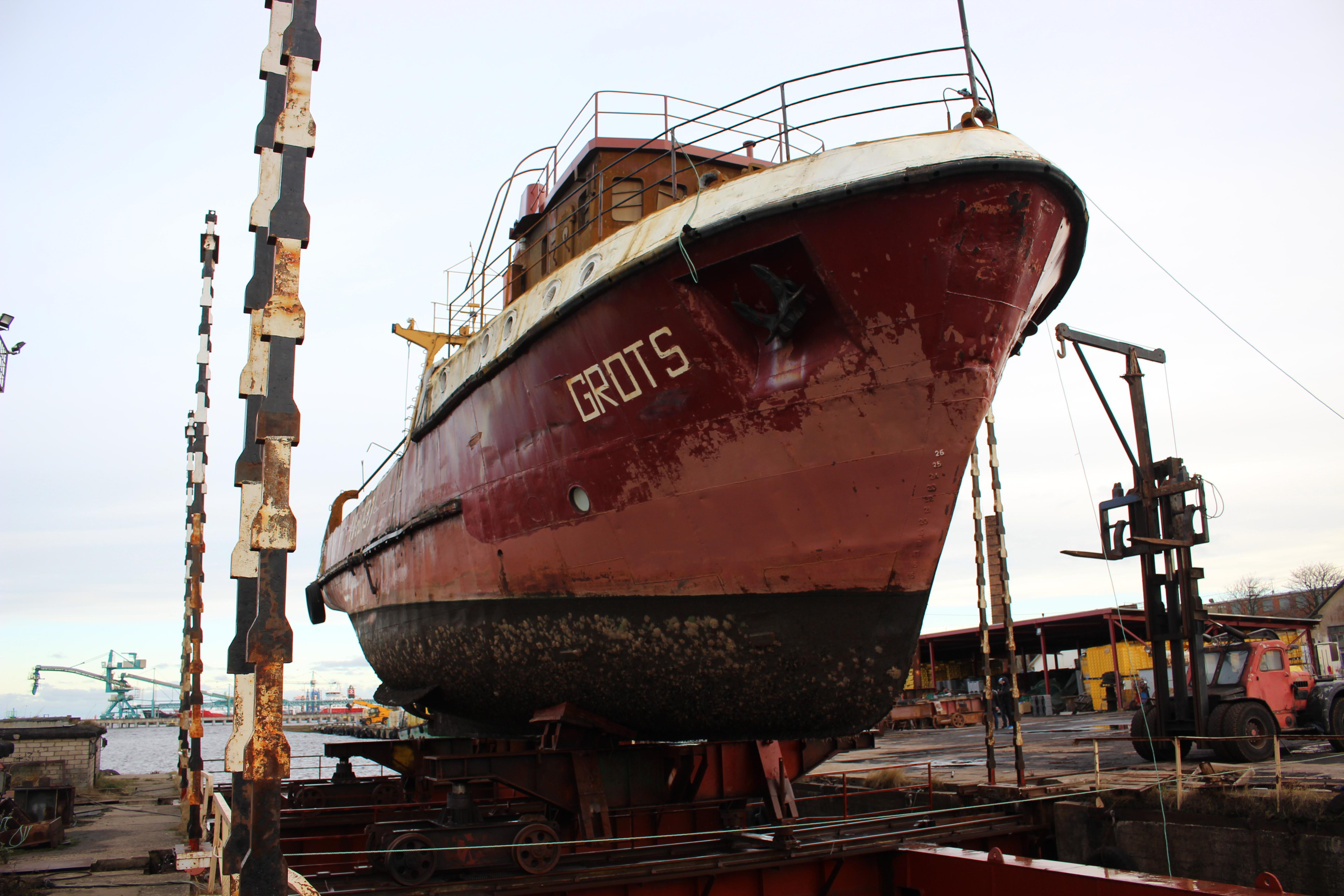"""Krastā tika izcelts zvejas kuģis """"Grots"""""""